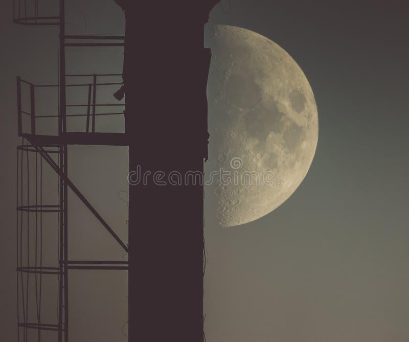 Księżyc jest zamkniętym niebiańskim ziemią zdjęcia stock