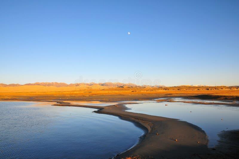 Księżyc jeziora i góry zdjęcie royalty free
