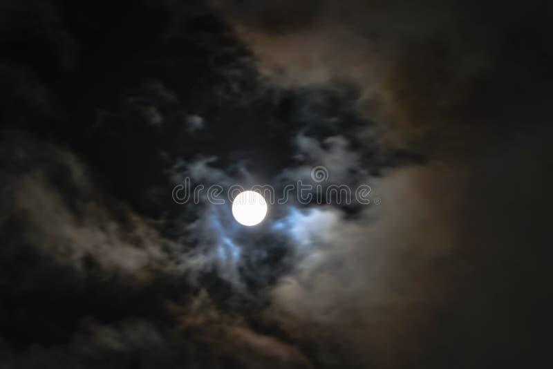 Księżyc latanie przez chmur obrazy stock