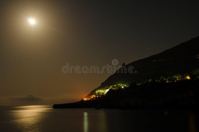 Księżyc na morzu zdjęcie stock
