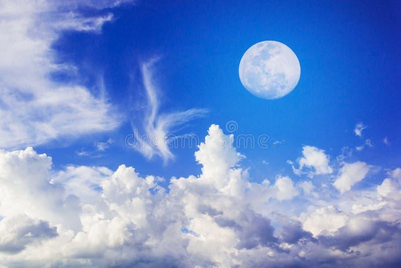Księżyc na niebieskim niebie fotografia stock