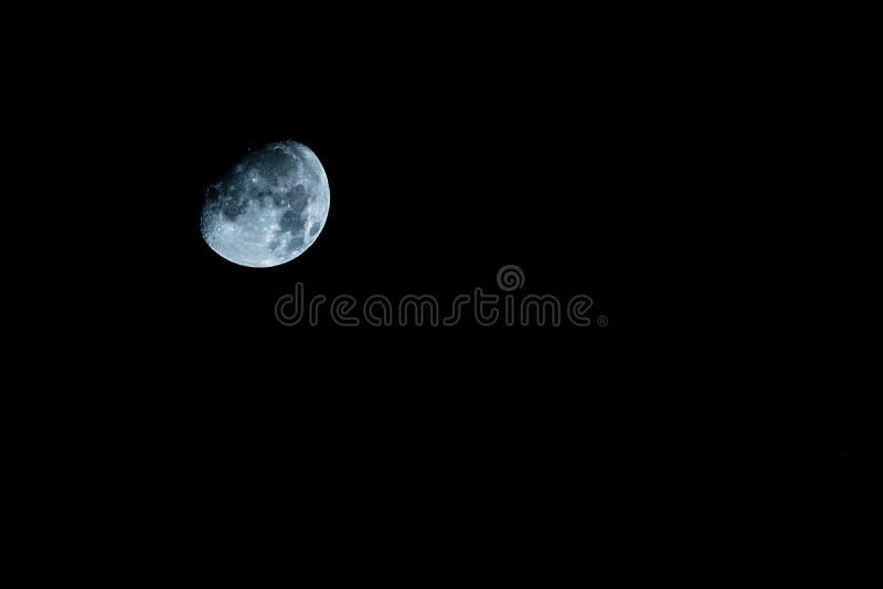 Księżyc na nocnym niebie obraz stock
