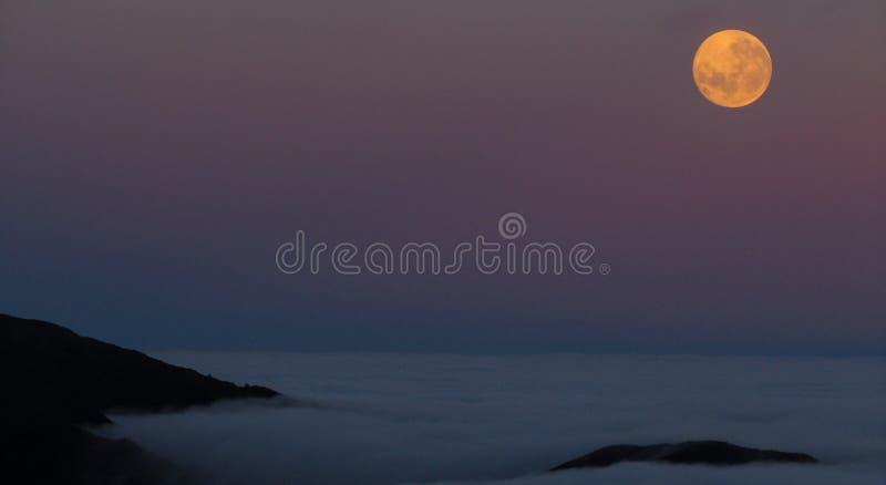 Księżyc nad chmury fotografia stock