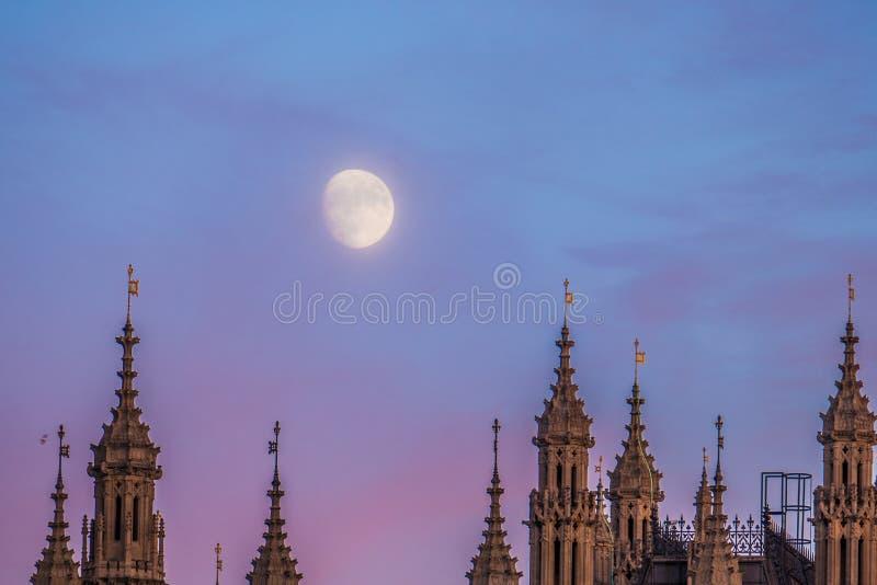 Księżyc Nad domami parlament I Westminister pałac W Londyn fotografia royalty free