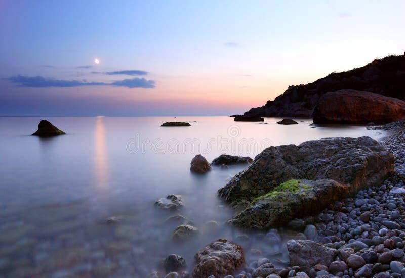 księżyc noc nad ścieżki morza zmierzchem zdjęcia stock