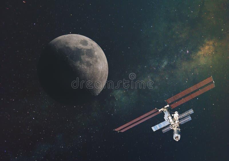 Księżyc przeciw drodze mlecznej w nieskończonej przestrzeni wszechświat w orbicie ziemia i międzynarodowa stacja kosmiczna El obrazy royalty free