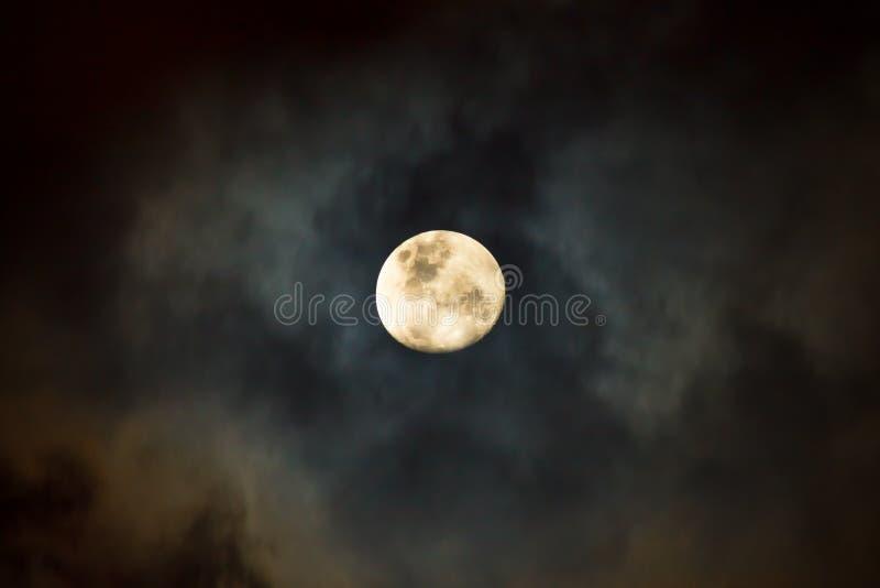 Księżyc przy Chmurną nocą obrazy royalty free