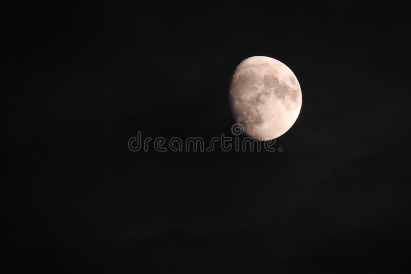 Księżyc przy trzy czwarte Listopadami 2018 - UK - obrazy stock