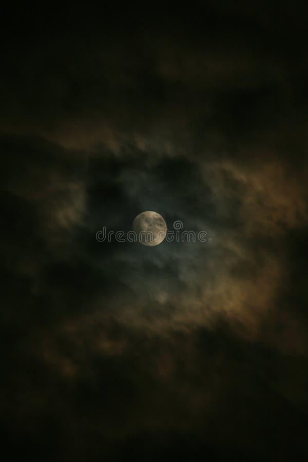Księżyc w chmurnej nocy… obraz stock