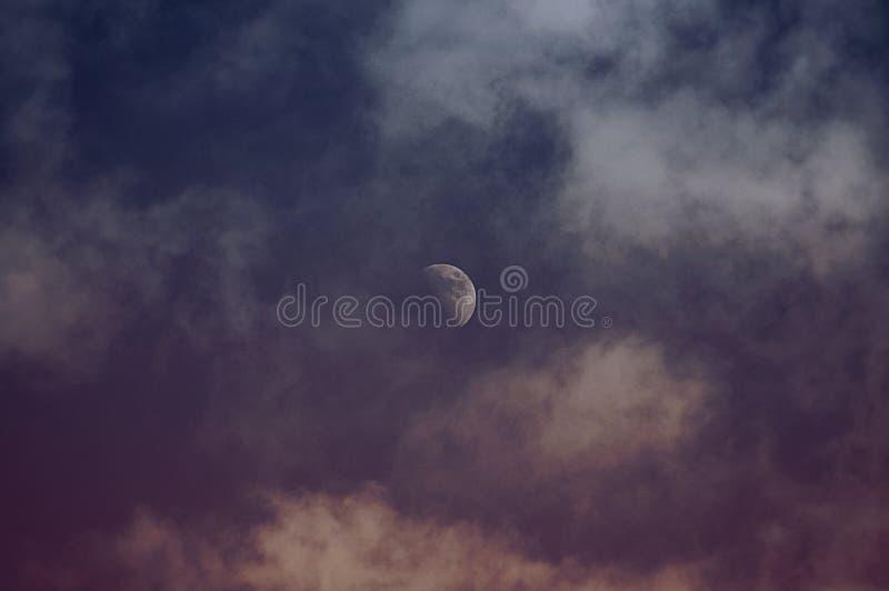 Księżyc w chmurnej nocy… zdjęcia stock