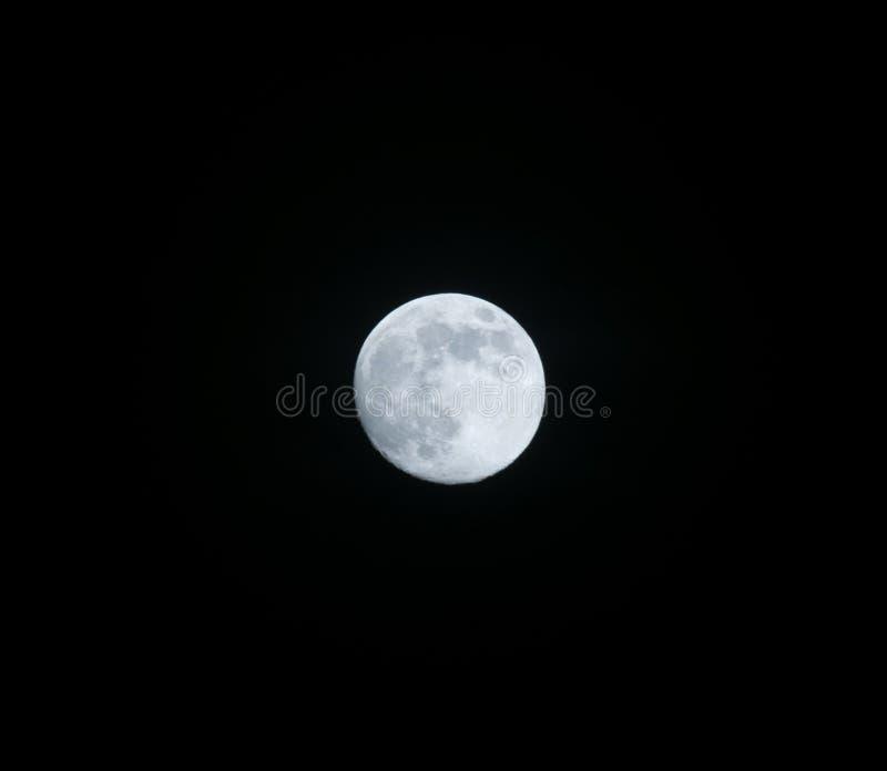 Księżyc w chmurnej nocy… obrazy stock