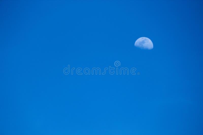 Księżyc w niebieskim niebie fotografia stock