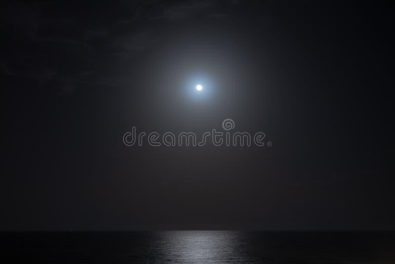Księżyc w pełni światło z dennym odbiciem przy nocą obraz stock