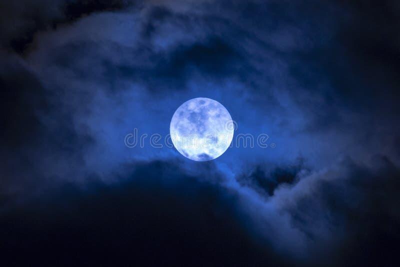 Księżyc w pełni w chmurach fotografia royalty free