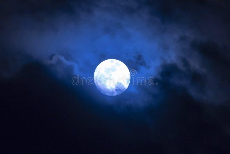 Księżyc w pełni w chmurach fotografia stock