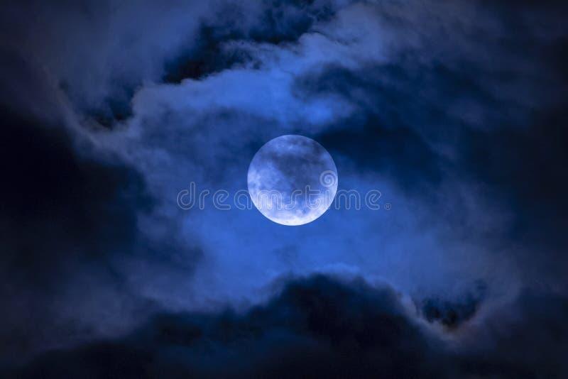 Księżyc w pełni w chmurach obrazy stock