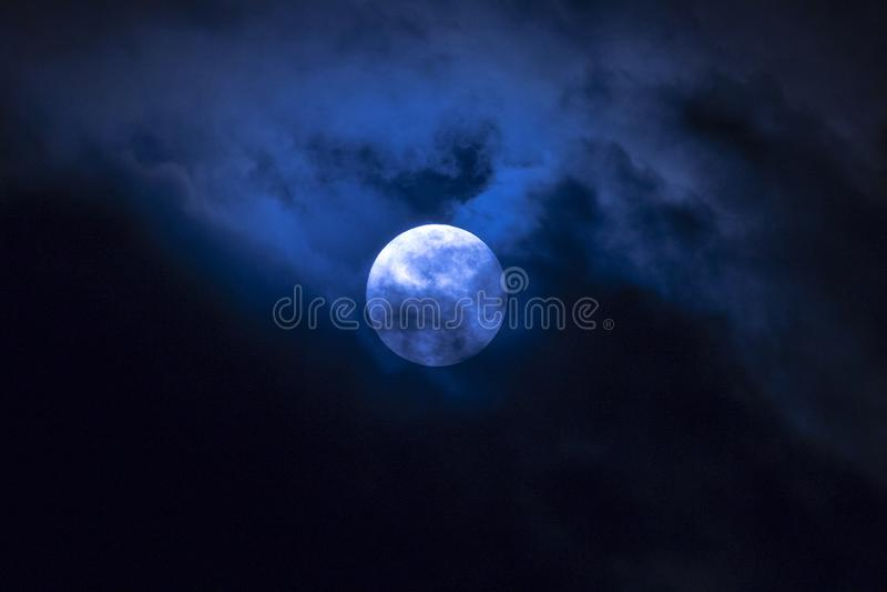 Księżyc w pełni w chmurach zdjęcie royalty free