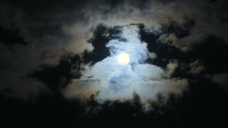 Księżyc W Pełni 04 i chmury zbiory wideo