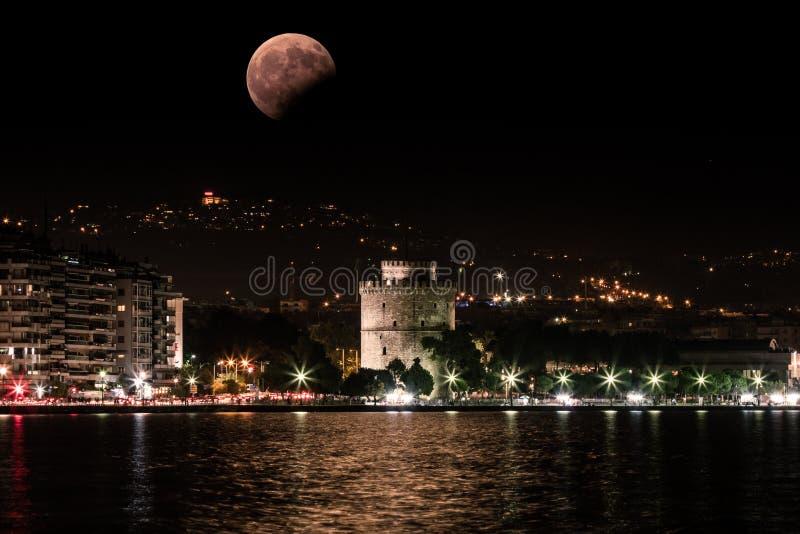 Księżyc W Pełni i zaćmienie na 7 2017 Aug, piekarnika bielu Thessal wierza obraz stock