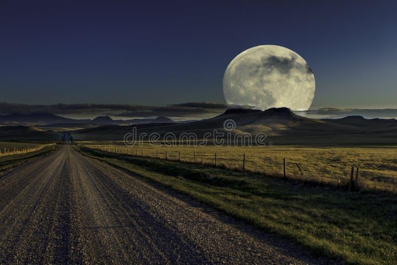 Księżyc w pełni jonu wiejska droga fotografia royalty free