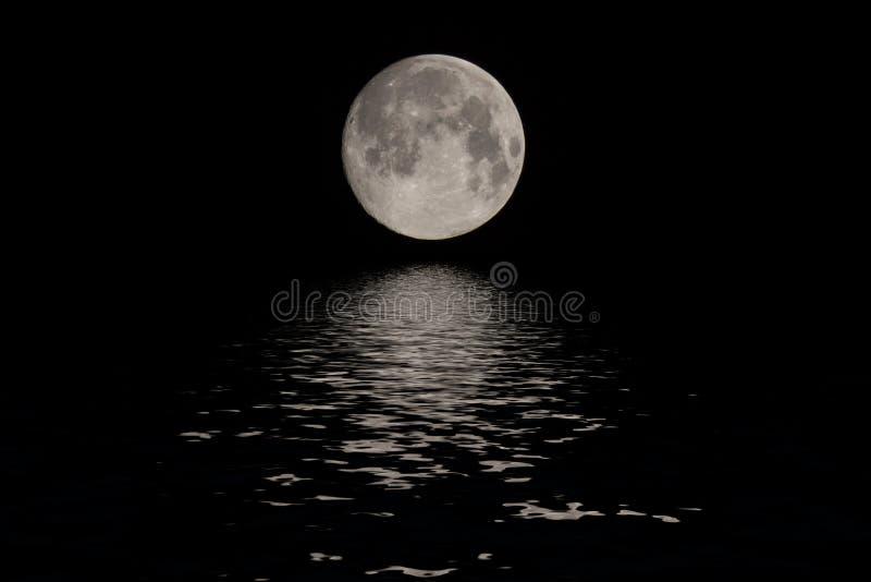 Księżyc w pełni nad ciemnego czerni niebem przy nocą zdjęcia royalty free