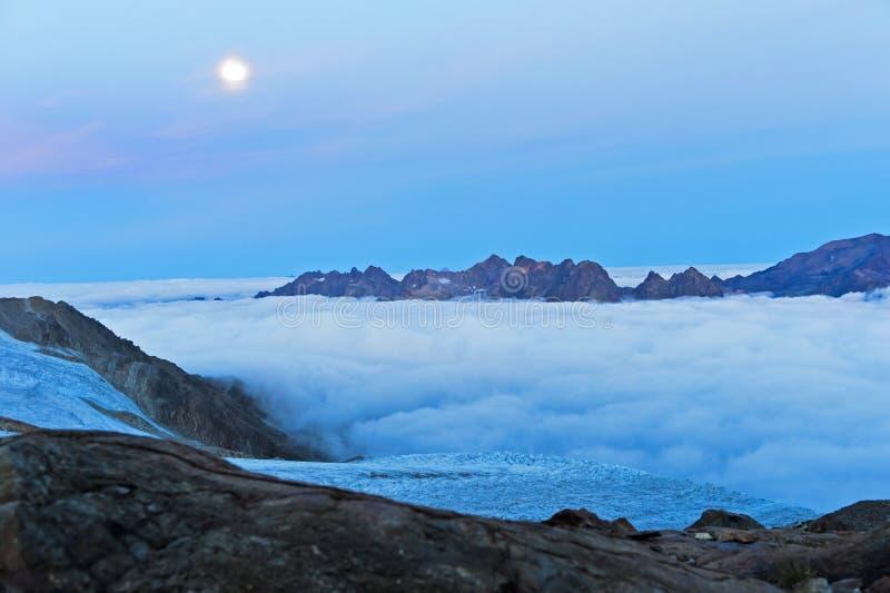Księżyc w pełni nad morze mgła nad Chamonix doliną fotografia stock