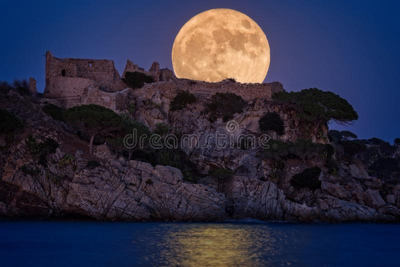 Księżyc w pełni nad starym kasztelem w Costa Brava w wakacyjnej wiosce Fosca, Hiszpania zdjęcie stock