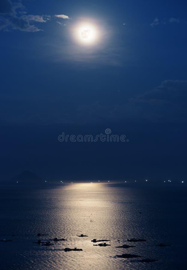 Księżyc w pełni odbijał w wodzie chiny południowi morze w Wietnam fotografia stock