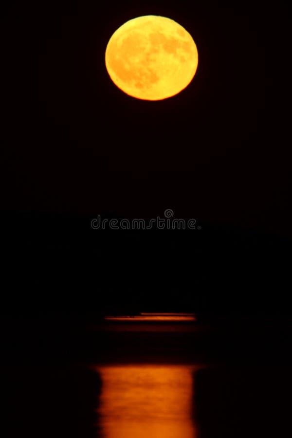 księżyc w pełni odbijająca woda zdjęcia stock