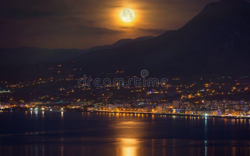 Księżyc w pełni, supermoon z odbiciem w morzu obraz royalty free