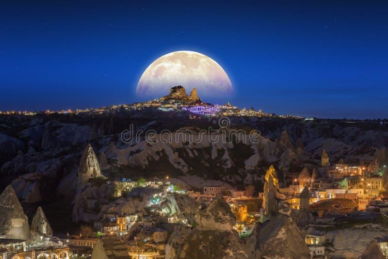 Księżyc w pełni wydźwignięcie nad Uchisar kasztel w Cappadocia, Turcja fotografia stock