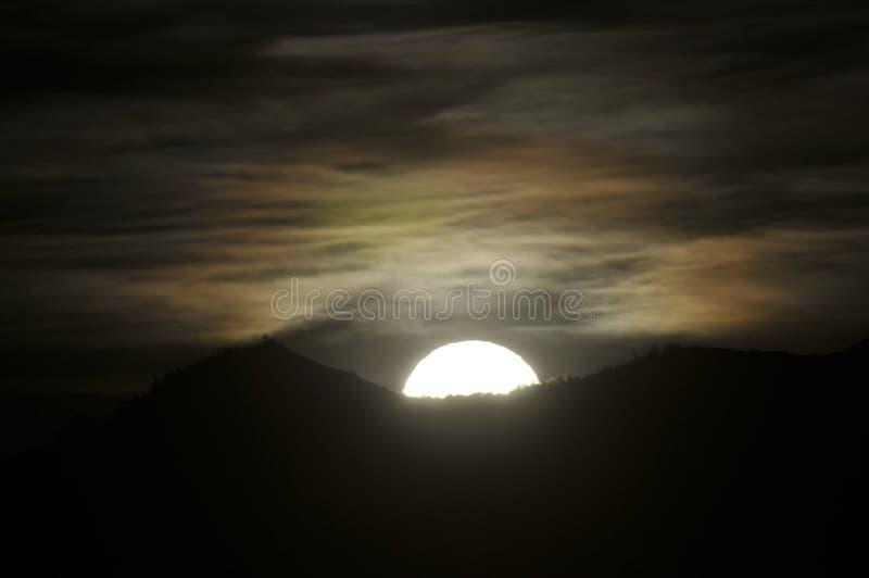 Księżyc W Pełni wydźwignięcie z tęczą chmurnieje w nocnym niebie zdjęcia royalty free