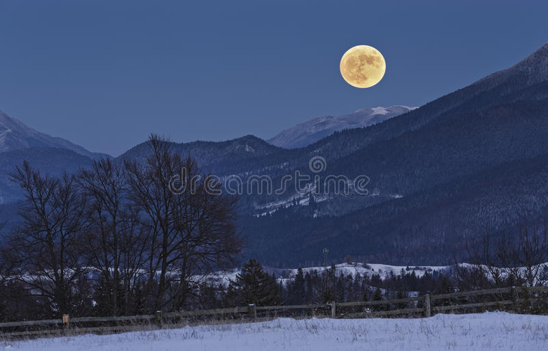 Księżyc w pełni wzrost nad górami fotografia royalty free