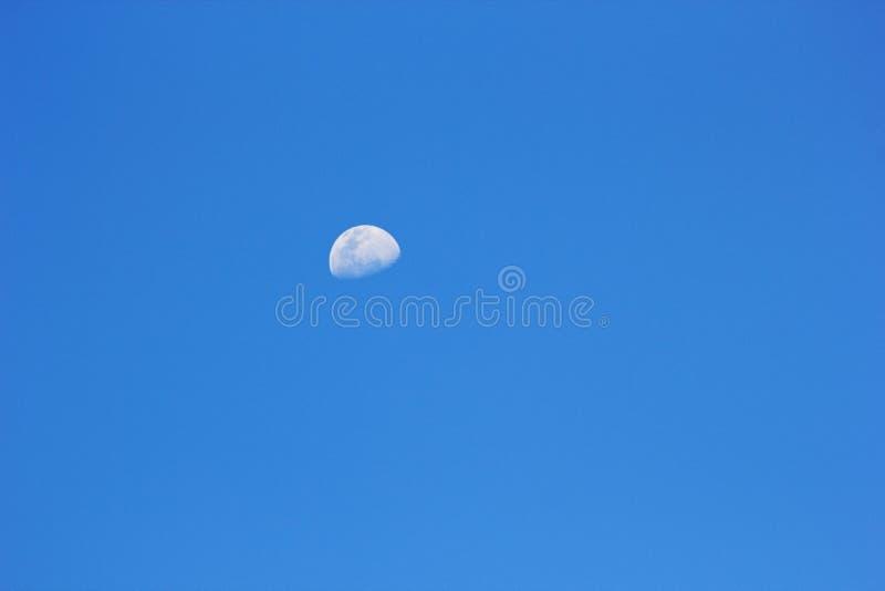 Księżyc wydźwignięcie w wczesnego wieczór niebie fotografia stock