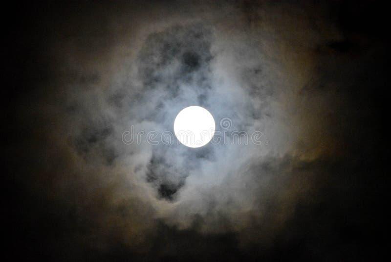 Księżyc z chmurą w zmroku obrazy stock