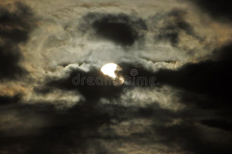 Księżyc za chmurami obraz stock