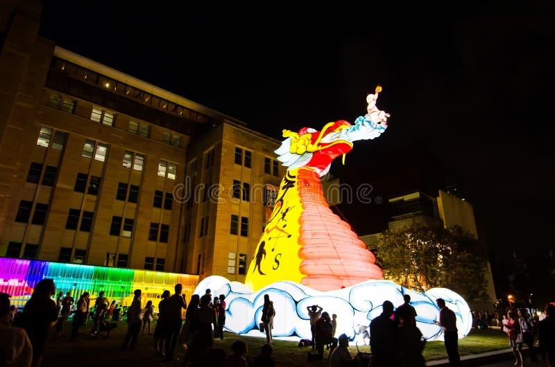 Księżycowy Latarniowy ` iluminuje od półmroku przy Kółkowym Quay artystą Guan Wei mistyczny smoka ` jest zodiaka symbolem smok zdjęcie royalty free