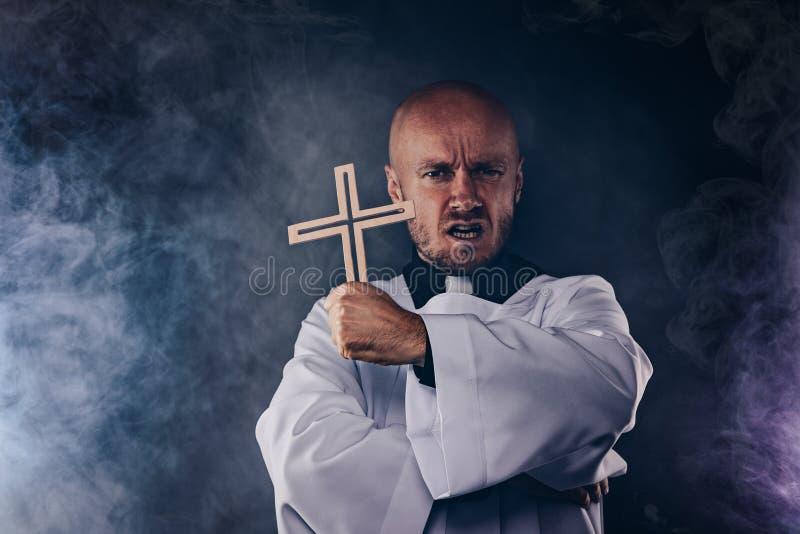 Księdza katolickiego egzorcysta w białym komży i czarnej koszula obraz royalty free