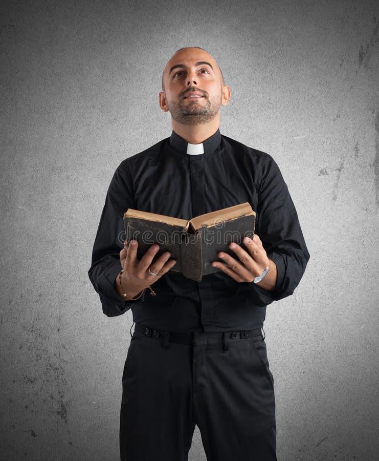 Księdza modlenie zdjęcie stock