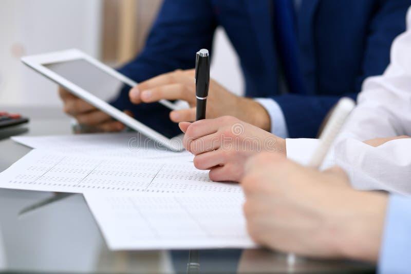 Księgowe drużynowe lub pieniężni inspektorzy robi raportowi i sprawdza równowagę, cyrklowanie Podatków usługowi pieniężni documen obraz royalty free