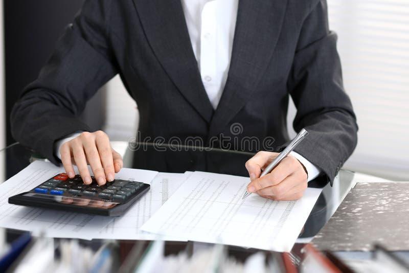 Księgowej kobieta, pieniężny inspektorski robi raport lub, zakończenie Biznesowy portrai fotografia royalty free