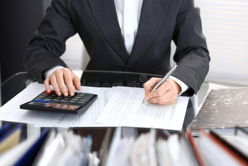Księgowej kobieta, pieniężny inspektorski robi raport lub, zakończenie Biznesowy portrai obraz stock