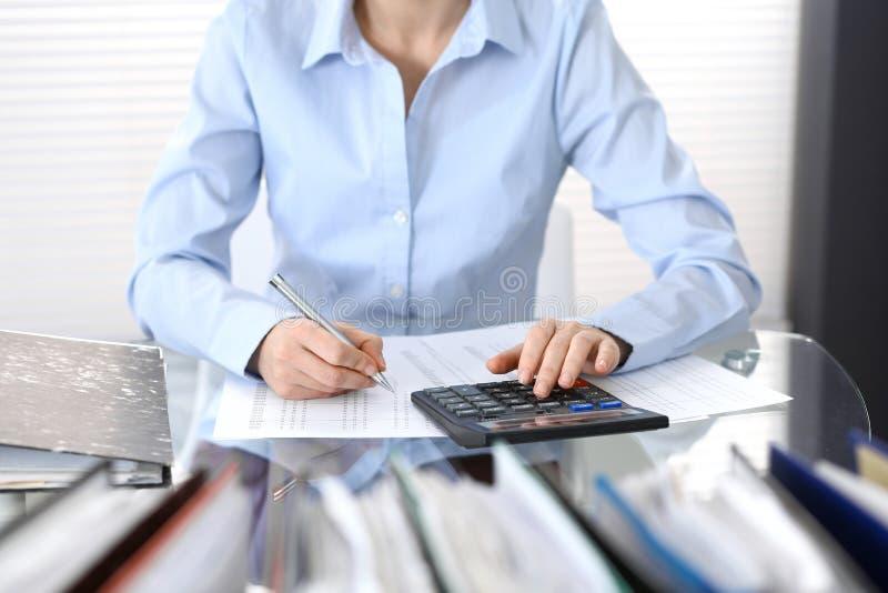 Księgowej kobieta, pieniężny inspektorski robi raport lub, zakończenie Biznesowy portrai fotografia stock