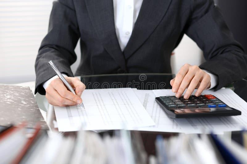 Księgowej kobieta, pieniężny inspektorski robi raport lub, zakończenie Biznesowy portrai zdjęcie royalty free