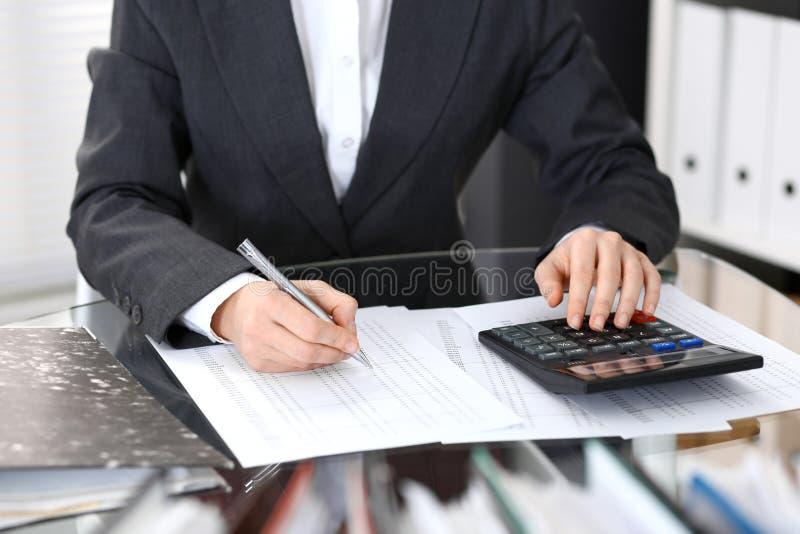 Księgowej kobieta, pieniężny inspektorski robi raport lub, zakończenie Biznesowy portrai obrazy stock