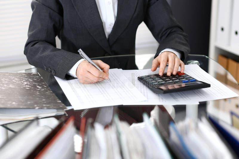 Księgowej kobieta, pieniężny inspektorski robi raport lub, zakończenie Biznesowy portrai zdjęcia stock