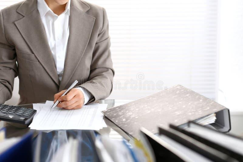 Księgowej kobieta, pieniężny inspektorski robi raport lub, zakończenie Biznesowy portrai obrazy royalty free
