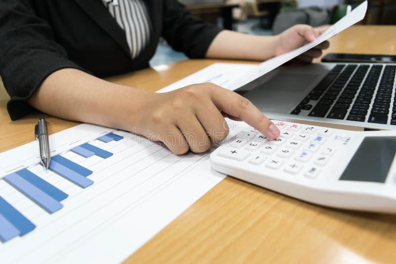 Księgowi egzamininują firma finanse przygotowywać biznes obrazy stock