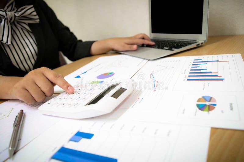 Księgowi egzamininują firma finanse przygotowywać biznes zdjęcie stock