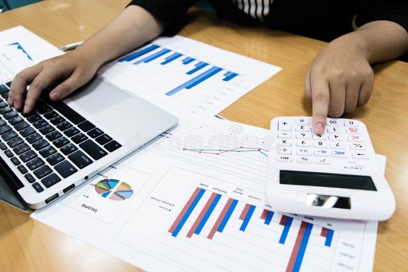 Księgowi egzamininują firma finanse przygotowywać biznes zdjęcia stock